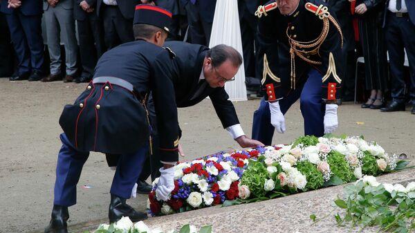 Франсуа Олланд во время церемонии возложения цветов и венков в память о жертвах терактов в Париже