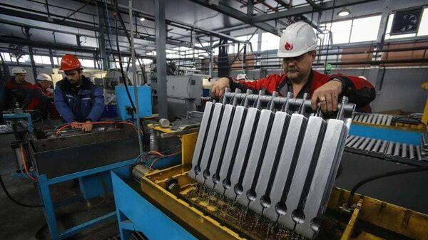 Рабочие на производстве Невинномысского радиаторного завода