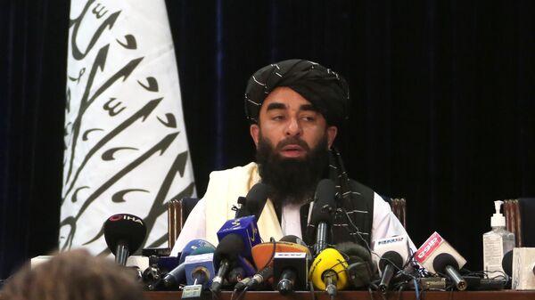 Представитель движения Талибан* Забиулла Муджахид во время пресс-конференции в Кабуле