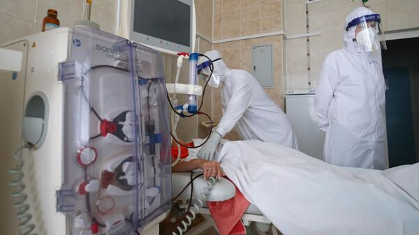 Медицинские работники и пациентка в отделении реанимации и интенсивной терапии