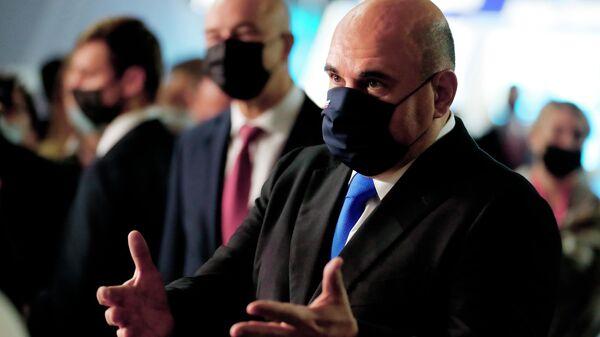 Председатель правительства РФ Михаил Мишустин общается с участниками Московского финансового форума