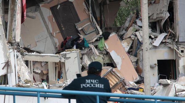 Сотрудник МЧС РФ у многоквартирного жилого дома в Ногинске, где произошел взрыв бытового газа