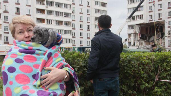 Люди у многоквартирного жилого дома в Ногинске, где произошел взрыв бытового газа