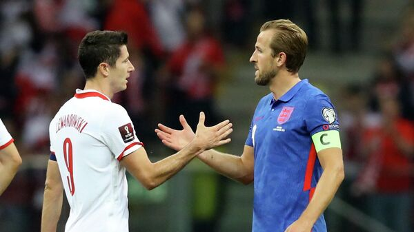 Soccer Football - World Cup - UEFA Qualifiers - Group I - Poland v England - PGE Narodowy, Warsaw, Poland - September 8, 2021 Poland's Robert Lewandowski shakes hands with England's Harry Kane after the match REUTERS/Kacper Pempel