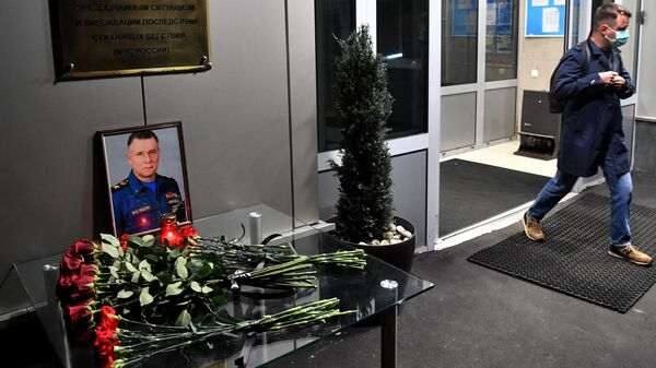 Цветы возле здания главного управления МЧС России в Москве в память о главе МЧС Евгение Зиничеве