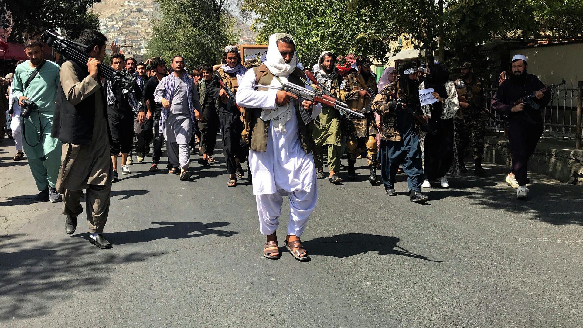 Боевики Талибана* на улице Кабула - РИА Новости, 1920, 17.09.2021