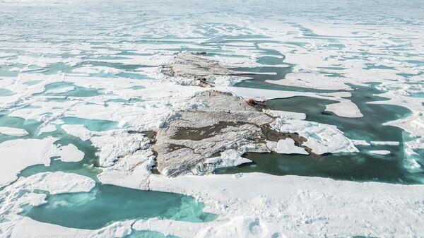 Вид на крошечный остров у побережья Гренландии, обнаруженный во время экспедиции Лейстера, который, вероятно, является самой северной точкой суши в мире