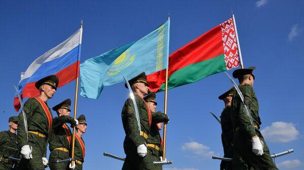 Знаменная группа на церемонии открытия стратегических учений Запад-2021 на полигоне Обуз-Лесновский в Белоруссии