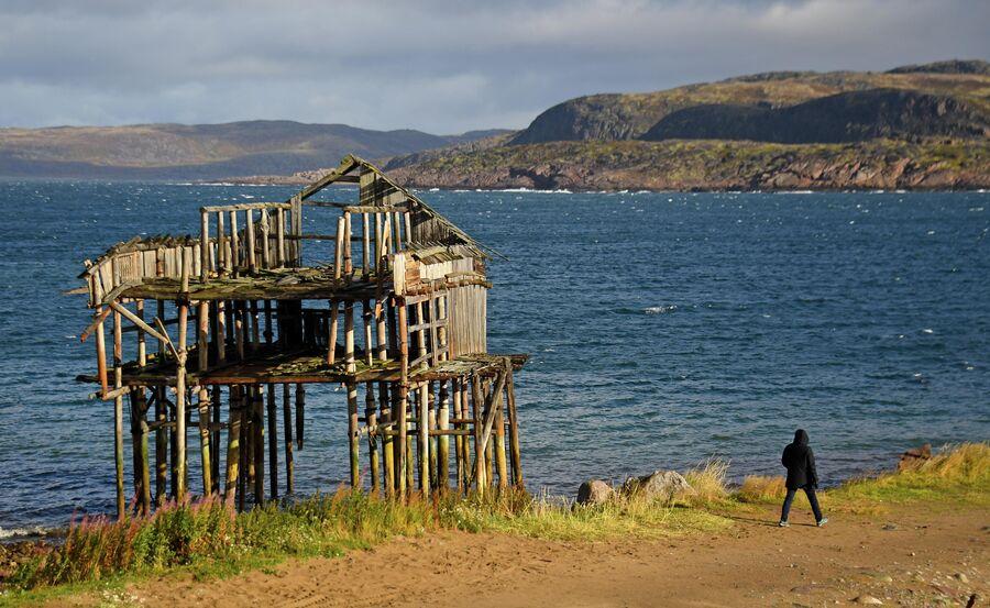 Остов здания на берегу моря в Териберке