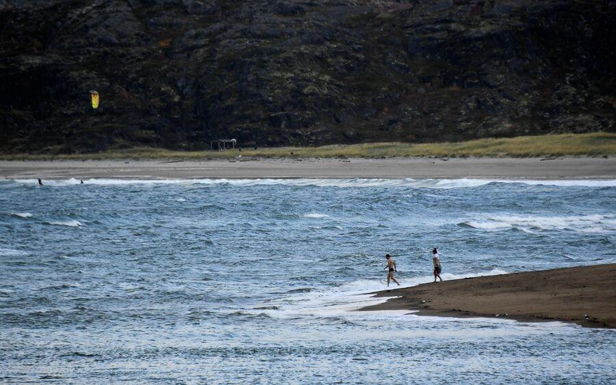 Туристы купаются в Баренцевом море в селе Териберка