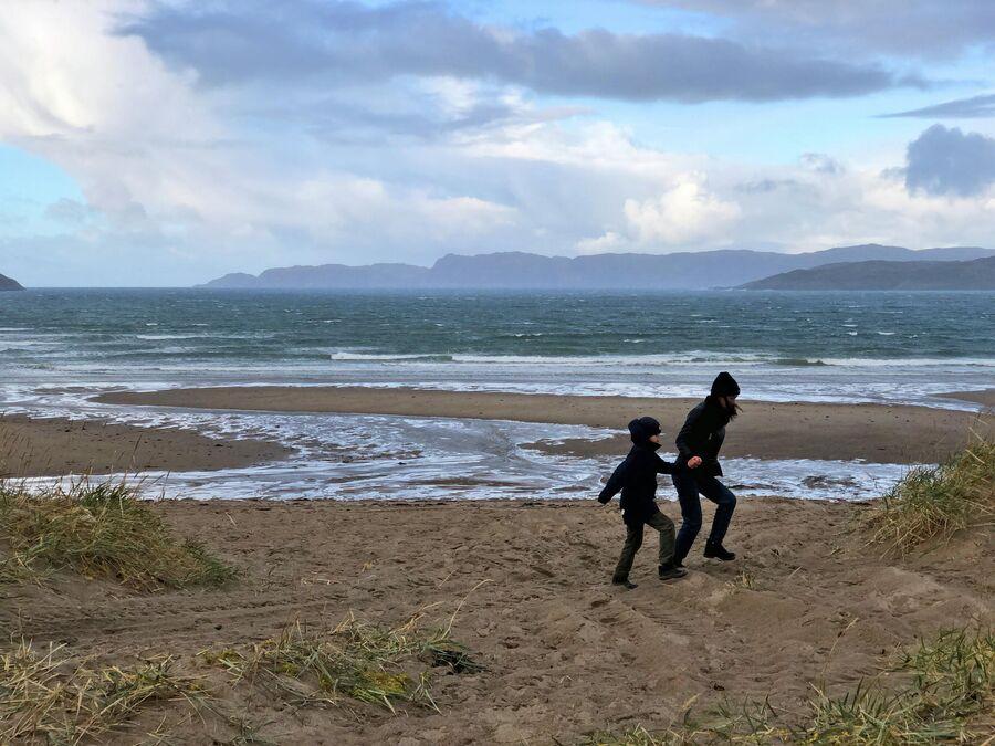 Туристы гуляют на берегу Баренцева моря