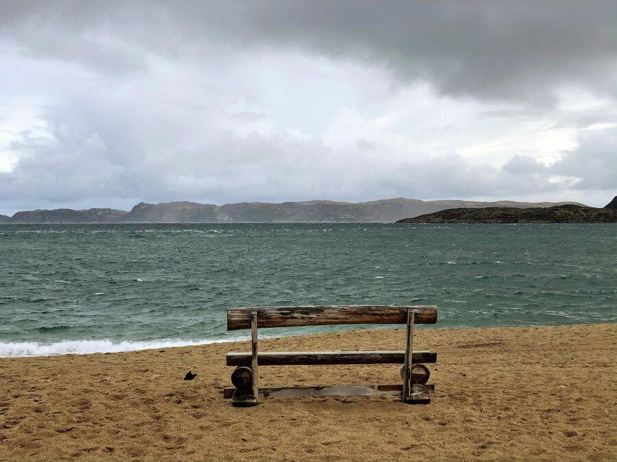 Скамейка на берегу Баренцева моря в селе Териберка
