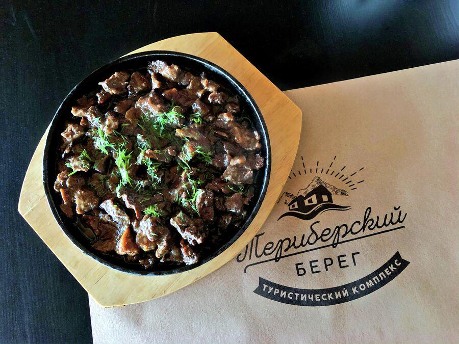 Блюдо из оленины, которое подают в одном из ресторанов Териберки