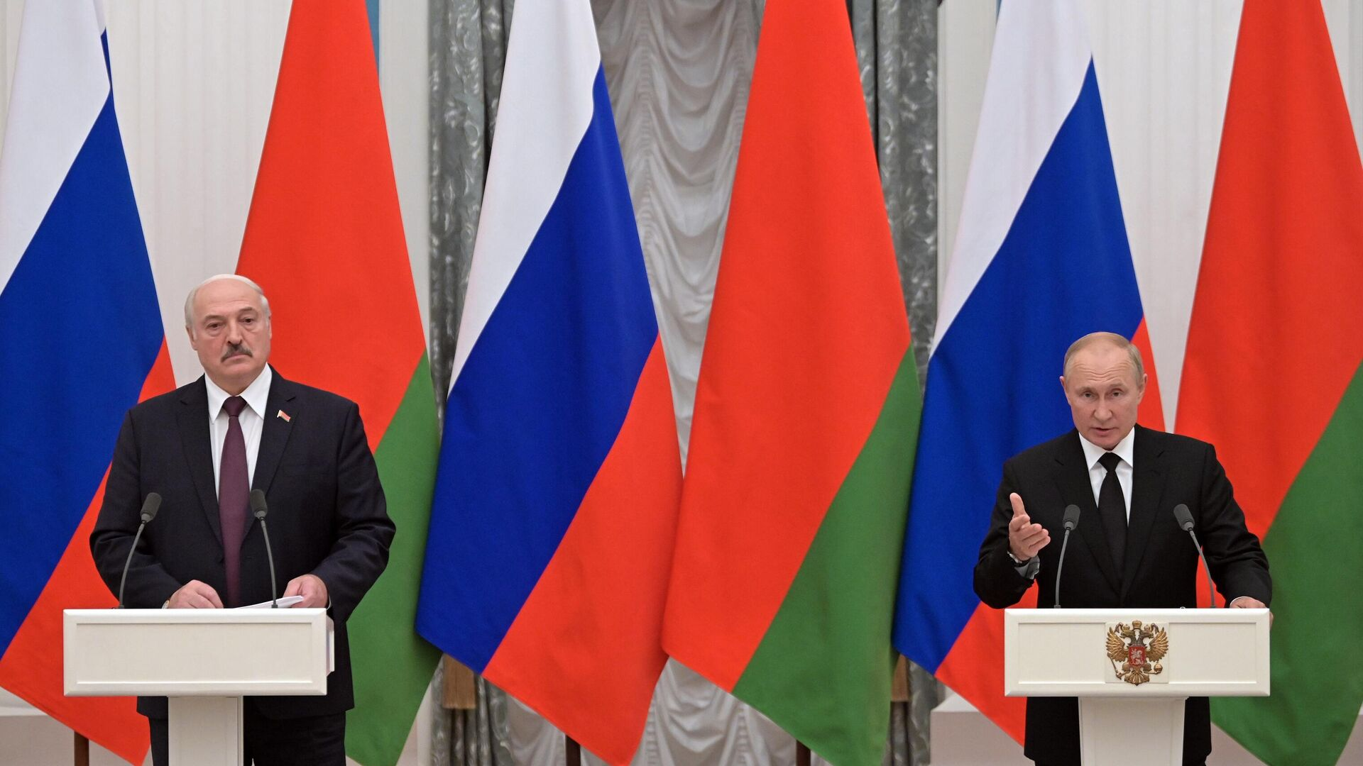 Президент РФ Владимир Путин и президент Белоруссии Александр Лукашенко во время совместной пресс-конференции по итогам встречи - РИА Новости, 1920, 14.09.2021