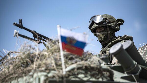 Российский военнослужащий на учениях ОДКБ Рубеж-2021 на полигоне Эдельвейс в Киргизии