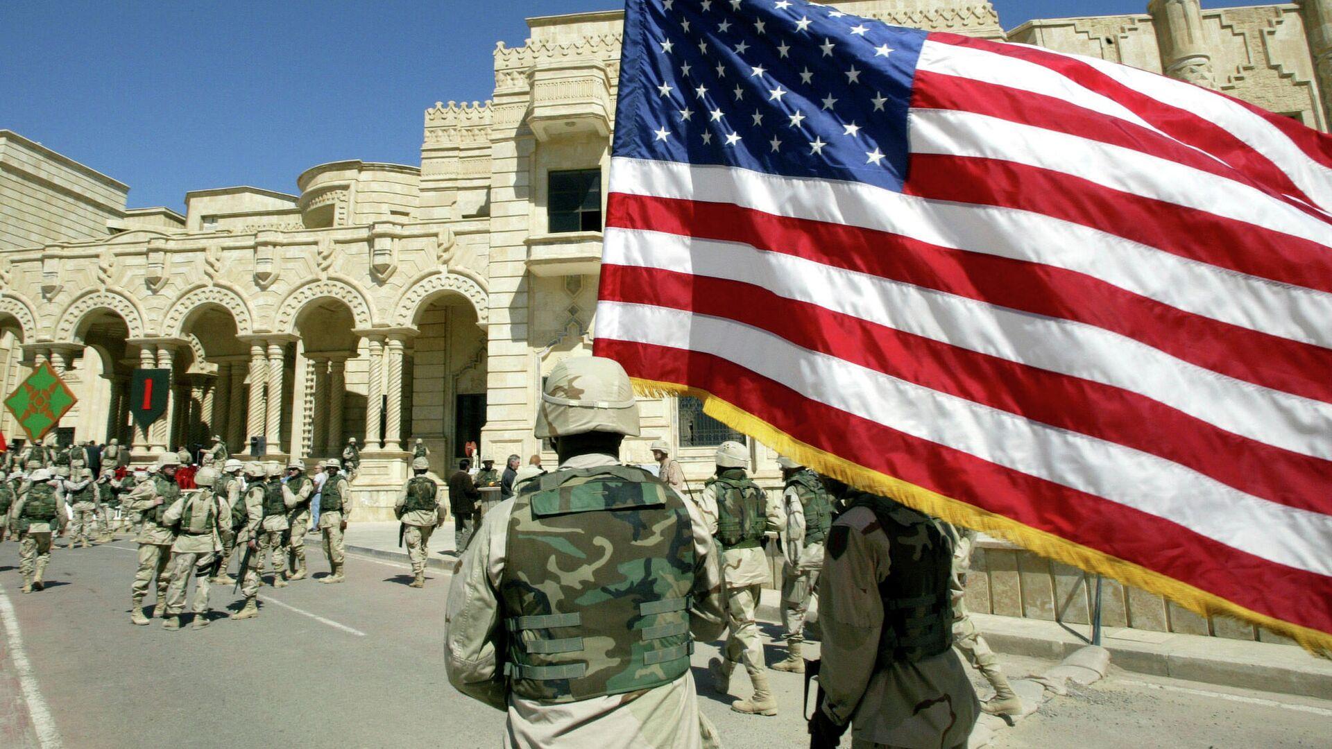 Американский солдат идет с флагом США, Багдад, Ирак - РИА Новости, 1920, 11.09.2021