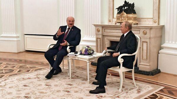 Президент РФ Владимир Путин и президент Белоруссии Александр Лукашенко во время встречи в Москве