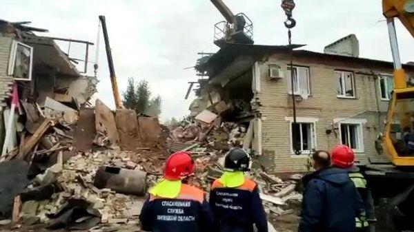 Сотрудники МЧС РФ на месте взрыва бытового газа в жилом доме в поселке Солидарность Елецкого района Липецкой области