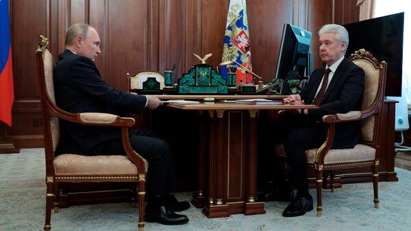 Президент РФ Владимир Путин и мэр Москвы Сергей Собянин во время встречи в Кремле