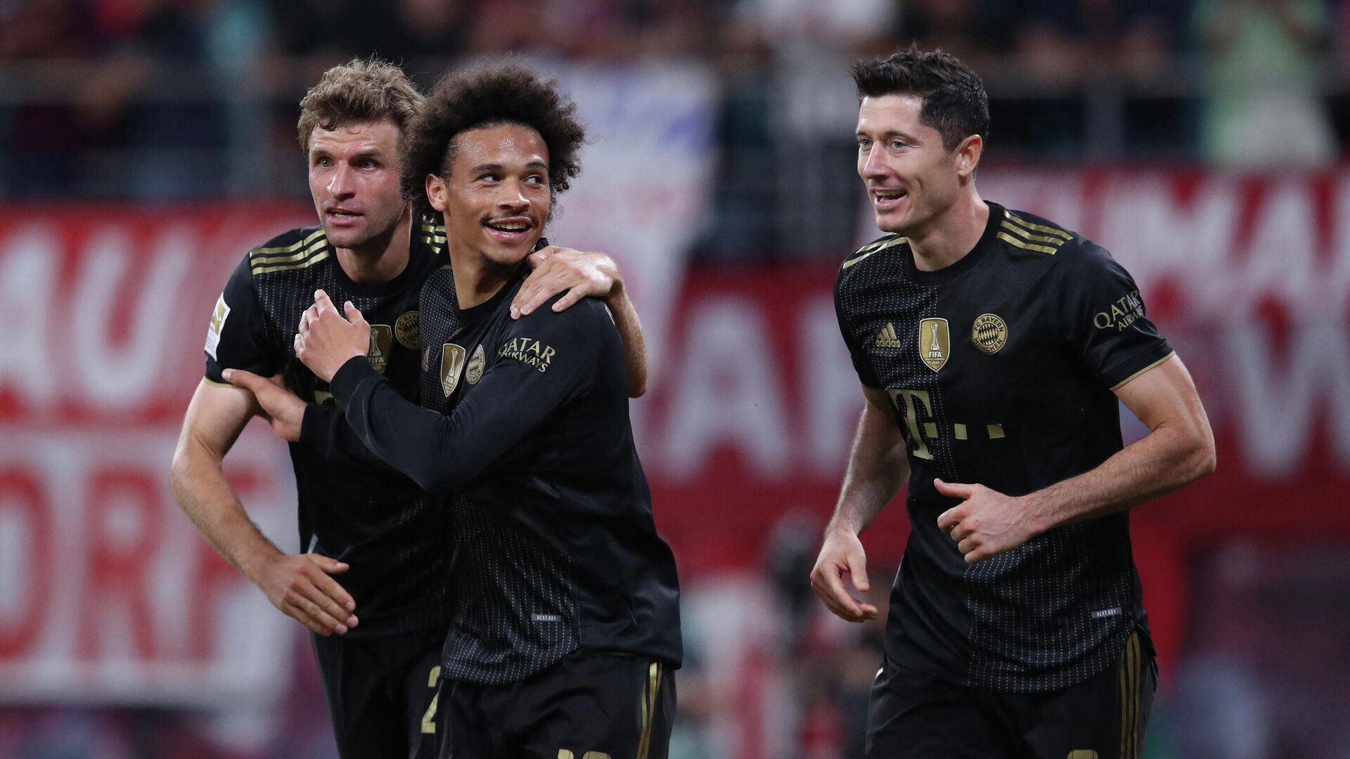 (L-R) Bayern Munich's German forward Thomas Mueller, Bayern Munich's German midfielder Leroy Sane and Bayern Munich's Polish forward Robert Lewandowski celebrate the 0-3 during the German first division Bundesliga football match between RB Leipzig and FC Bayern Munich in Leipzig, eastern Germany, on September 11, 2021. (Photo by Ronny HARTMANN / AFP) / DFL REGULATIONS PROHIBIT ANY USE OF PHOTOGRAPHS AS IMAGE SEQUENCES AND/OR QUASI-VIDEO - РИА Новости, 1920, 11.09.2021
