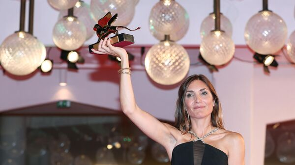 Режиссер Одри Диван, получившая награду Золотой лев за фильм Событие (L'Evenement), на фотоколле после церемонии закрытия 78-го Венецианского международного кинофестиваля.