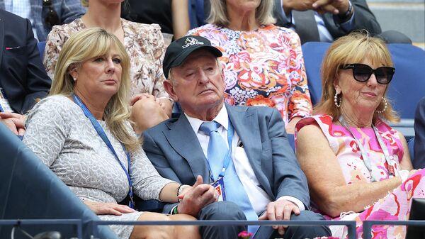 Бывший теннисист Род Лэйвер (в центре) на финале US Open