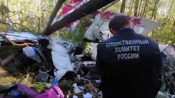Сотрудник СК РФ работает на месте жесткой посадки пассажирского самолета L-410 в Иркутской области