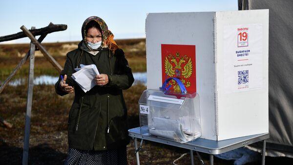 Коренная жительница Ямала на досрочном голосовании депутатов в Государственной Думы РФ в Надымском районе Ямало-Ненецкого автономного округа