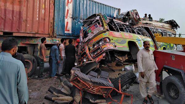 На месте столкновения пассажирского автобуса с большегрузным автомобилем в провинции Пенджаб, Пакистан