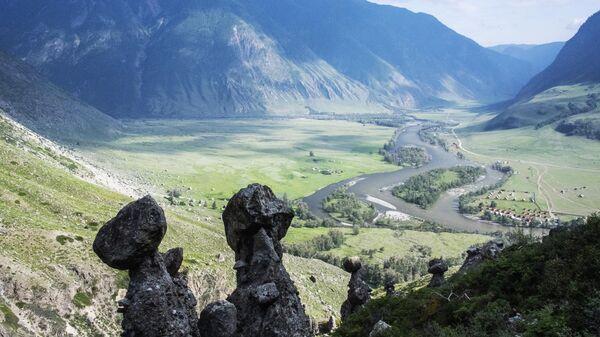 Каменные грибы в долине реки Чулышман в Республике Алтай