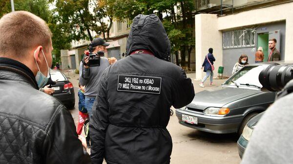 Сотрудник экспертно-криминалистического центра УВД по Юго-Восточному округу у дома на Совхозной улице в Москве