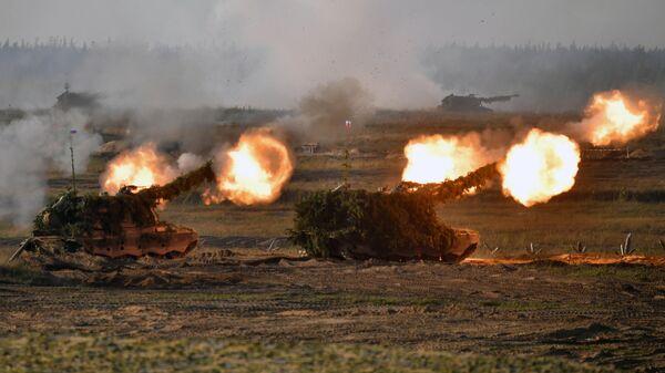 Самоходные артиллерийские установки во время основного этапа учений Запад-2021 на полигоне Мулино в Нижегородской области