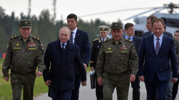 Президент РФ Владимир Путин на полигоне Мулино во время основного этапа совместного стратегического учения вооружённых сил РФ и Белоруссии Запад-2021