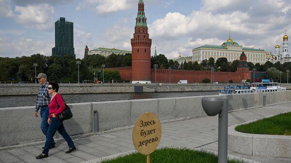Прохожие на Софийской набережной в Москве