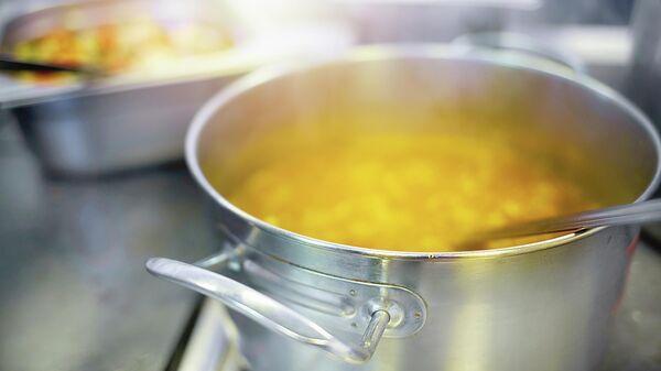 Приготовление еды в столовой