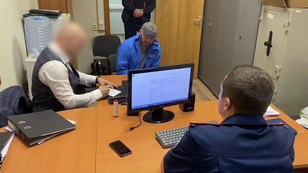 Александр Мавриди во время допроса сотрудниками Следственного Комитета