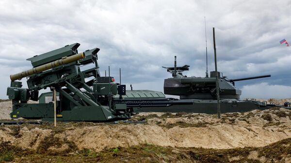 Ударный роботизированный комплекс Уран-9 и боевая машина пехоты БМП-3 с дистанционно-управляемым боевым модулем Эпоха на полигоне Мулино