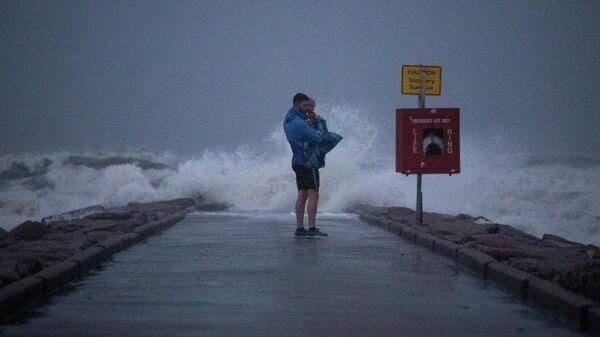 Люди на пирсе в преддверии начала тропического шторма Николас в Галвестоне, штат Техас