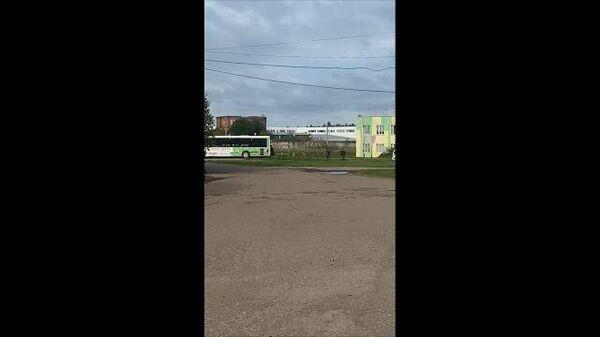 Мигранты покидают общежитие в подмосковном Бужаниново