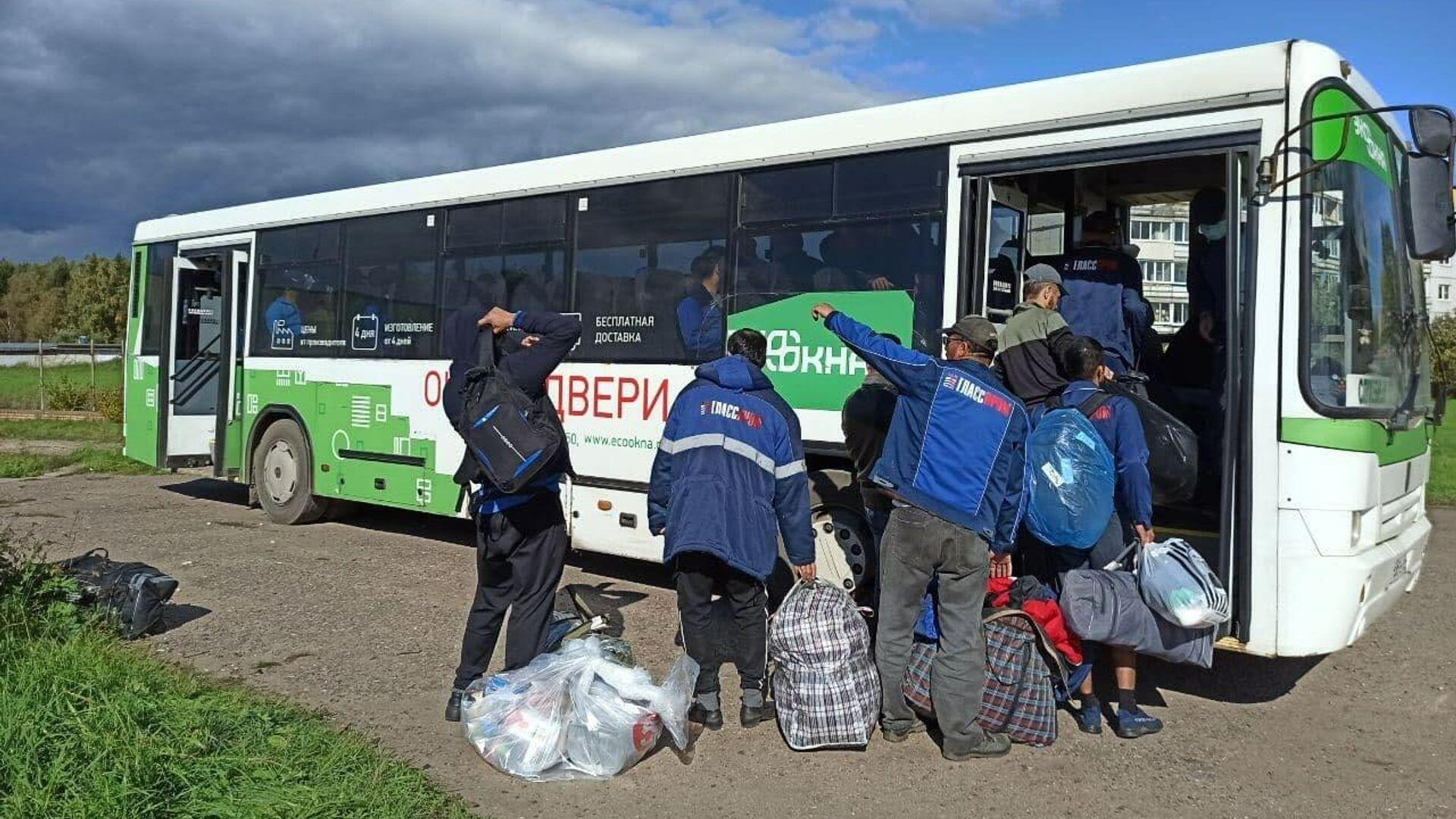 Мигранты покидают общежитие в селе Бужаниново - РИА Новости, 1920, 14.09.2021