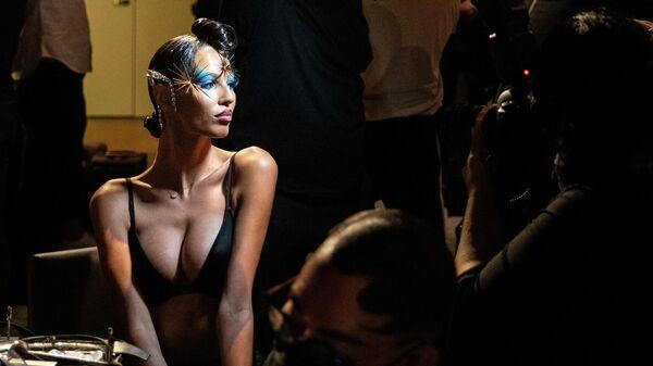 Модель позирует фотографу перед показом коллекции The Blonds Spring/Summer 2022 на Неделе моды в Нью-Йорке