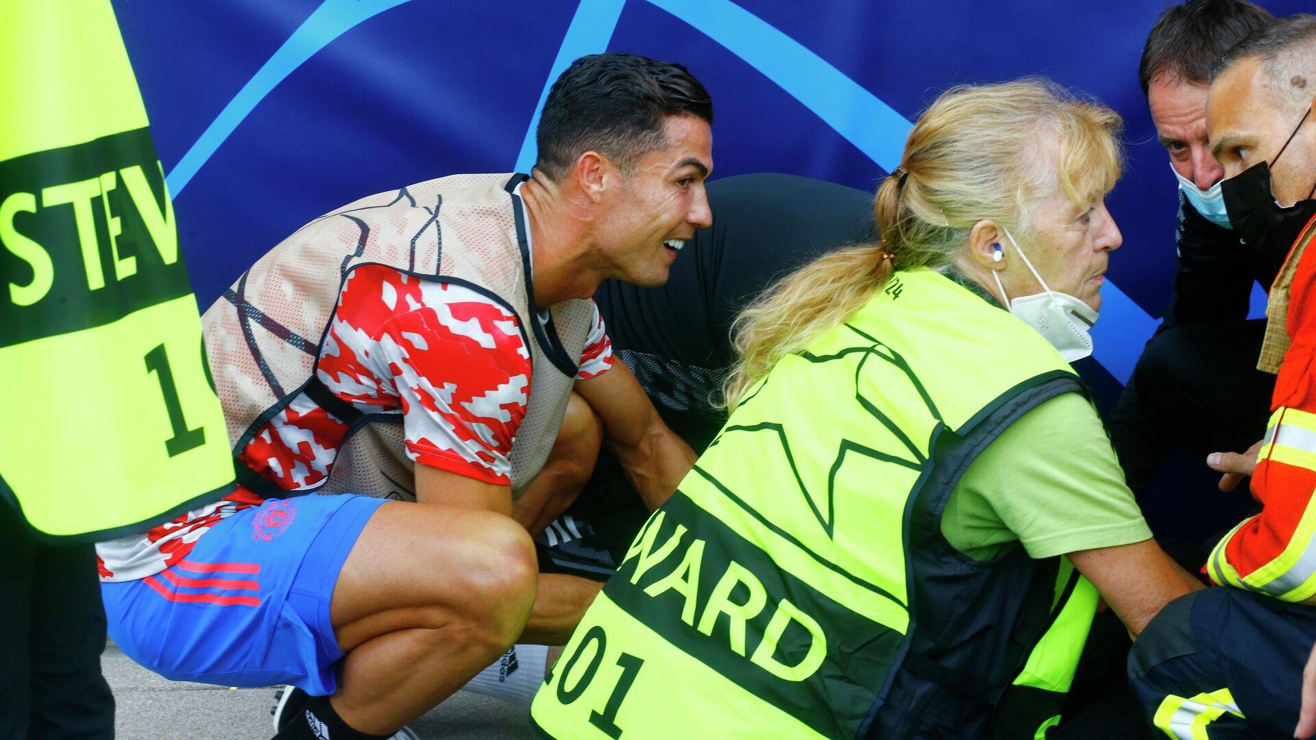 Криштиану Роналду сбил девушку-стюарда с ног ударом мяча во время разминки перед матчем ЛЧ - РИА Новости, 1920, 16.09.2021