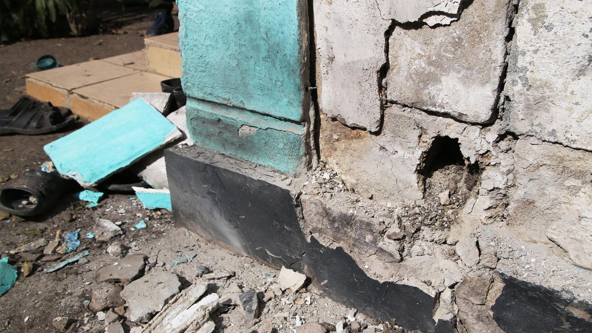 Стена жилого дома в поселке Еленовка Донецкой области, пострадавшего в результате обстрела - РИА Новости, 1920, 21.09.2021