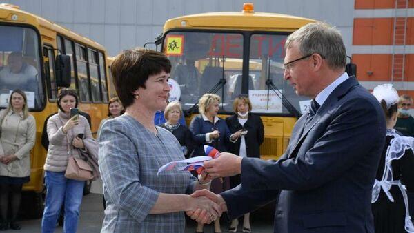 Губернатор Александр Бурков в Омске на площади перед МФК Континент вручил ключи от 132 новых школьных автобусов