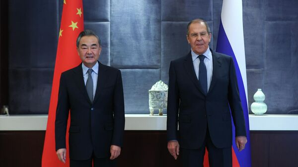 Министр иностранных дел России Сергей Лавров (справа) и министр иностранных дел Китая Ван И