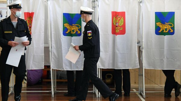 Военнослужащие во время голосования на выборах в Госдуму во Владивостоке