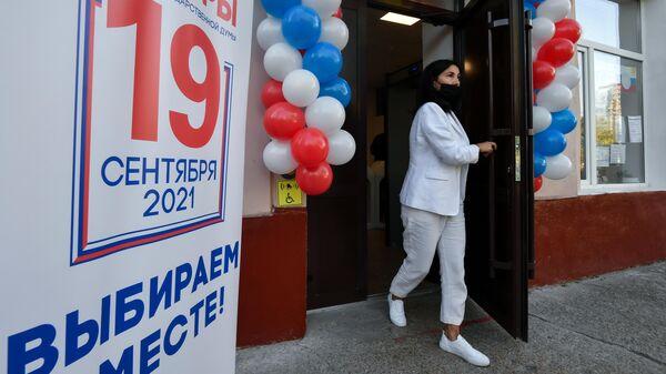 Женщина на избирательном участке в Симферополе