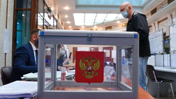 Голосование на выборах депутатов Государственной Думы РФ на избирательном участке в посольстве России в Минске