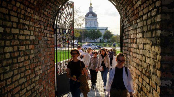 Туристы возле Коломенского кремля