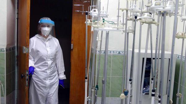 Медицинский работник в мобильном госпитале на территории Богородчанской центральной районной больницы